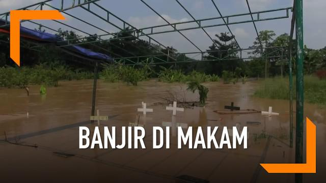 Banjir juga melanda kawasan TPU Jatisari, Bekasi. Akibatnya sejumlah makam hilang akibat terendam. Papan nisan kayu pun hanyut.