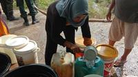 Penyaluran air bersih kepada warga yang terdampak kekeringan di Kota Padang. (Liputan6.com/ Novia Harlina)
