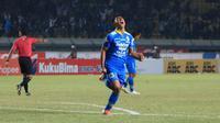 Gelandang Persib Bandung, Febri Hariyadi mencetak dua gol ke gawang Kalteng Putra di Stadion Si Jalak Harupat, Kabupaten Bandung, Selasa (17/7/2019). (Bola.com/Erwin Snaz)