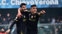 Alvaro Morata disambut rekannya, Paulo Dybala, setelah mencetak gol ke gawang Chievo dalam lanjutan Serie A Italia di Stadion Marc'Antonio Bentegodi, Minggu (31/1/2016). (AFP/Giuseppe Cacace)