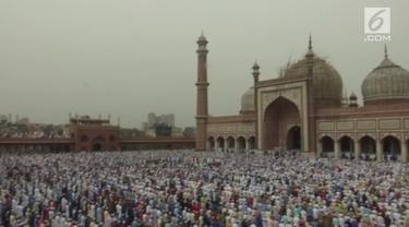 Ribuan umat muslim di India berkumpul di salah satu masjid terbesar di Asia Tenggara, Masjid Jama, untuk melaksanakan salat Idul Fitri.