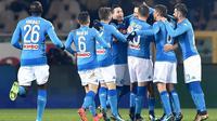Para pemain Napoli merayakan gol yang dicetak oleh Marek Hamsik ke gawang Torino pada laga Serie A di Stadion Olimpico Grande Torino, Sabtu (16/12/2017). Napoli menang 3-1 atas Torino. (AP/Alessandro Di Marco)