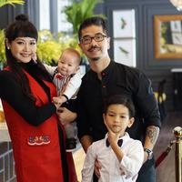 Alena Wu merayakan Imlek 2018 bersama suami dan kedua buah hatinya. Ia dan sang suami terlihat kompak mengenakan busana warna hitam yang dipadu dengan warna merah. (Foto: instagram.com/alena_wu)