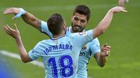 Bek Barcelona, Jordi Alba (kiri) mendapat ucapan selamat dari Luis Suarez, usai mencetak gol ke gawang Eibar, pada laga lanjutan La Liga 2017-2018, Sabtu (17/2/2018). Barcelona unggul 2-0 atas Eibar.  (AFP/Ander Gillenea)
