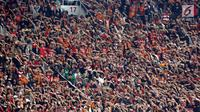 Ribuan suporter Persija Jakarta, The Jakmania mengangkat tangan sambil yel-yel pada laga final Piala Presiden 2018 antara Persija Jakarta melawan Bali United di Stadion Utama GBK, Senayan, Jakarta, Sabtu (17/2). (Liputan6.com/Arya Manggala)
