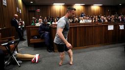 Peraih medali emas Paralympik Oscar Pistorius  berjalan tanpa kaki palsu saat mengikuti sidang dengan dengar pendapat atas kematian pacarnya Reeva Steenkana di Pretoria High Court, Afrika Selatan, (15/6/2016).  (REUTERS/Siphiwe Sibeko/Files )
