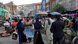 Hiruk-pikuk warga saat berbelanja di Pasar Kota Tua Kabul, Afghanistan, Minggu (8/9/2019). Pada zaman kuno, Kabul merupakan pusat pendidikan, politik, dan budaya. (AP Photo/Ebrahim Noroozi)