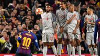 Eksekusi tendangan bebas Lionel Messi pada leg 1, babak semifinal Liga Champions yang berlangsung di Stadion Camp Nou, Barcelona, Kamis (2/5). Barcelona menang 3-0 atas Liverpool. (AFP/Jose Jordan)