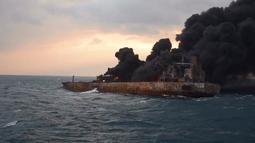 Kondisi kapal tanker minyak Iran yang mengalami kebakaran hebat di Laut Cina Timur (11/1). Akibat kecelakaan itu, 10 kapal pemerintah Tiongkok dan kapal nelayan diterjunkan untuk membantu upaya pembersihan laut. (Ministry of Transport via AP)
