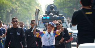 Artis cantik Dian Sastro menjadi salah satu rombongan kirab obor Asian Games 2018 di Solo, Kamis (19/7/2018). Ribuan warga memadati jalan yang akan dilalui obor Asian Games 2018 tersebut.
