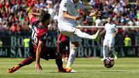 Gelandang AC Milan, Manuel Locatelli (kanan) berjibaku kontra pemain Cagliari, Paolo Farago, pada laga terakhir Liga Italia Serie A 2016-2017, di Sant'Elia, Minggu (28/5/2017). AC Milan takluk dengan skor 1-2.  (EPA/Fabio Murru)