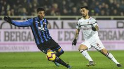 Gelandang AC Milan, Suso, berebut bola dengan bek Atalanta, Luis Palomino, pada laga Serie A di Stadion Atleti Azzurri d'Italia di Bergamo, Sabtu (16/2). Atalanta kalah 1-3 dari Milan. (AFP/Miguel Medina)