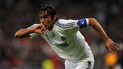 Raul Gonzalez. Bersama Iker Casillas di 2008, ia menerima kontrak seumur hidup. Anehnya pada 2010, ia justru pindah ke Schalke dengan status bebas transfer. Adalah kedatangan Cristiano Ronaldo dan Jose Mourinho yang jadi penyebabnya yang disetujui Florentino Perez. (Foto: AFP/Javier Soriano)