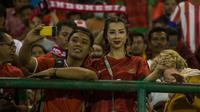 Jennifer Bachdim, istri dari pemain timnas Indoonesia, Irfan Bachdim, diajak selfie supporter saat menyaksikan laga Indonesia melawan Malaysia di Stadion Manahan, Solo, Jawa Tengah, Selasa (6/9/2016). (Bola.com/Vitalis Yogi Trisna)