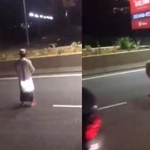 pria salat di jalan tol (foto: Twitter/@AT_AbdillahToha)
