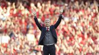 Arsene Wenger melambaikan tangan untuk fans pada laga terakhir tuan rumah di markas Arsenal Emirates Stadium, London, (6/5/2018). Arsene Wegner mengumumkan mundur sebagai pelatih setelah 22 tahun bersama Arsenal. (AP/Matt Dunham)