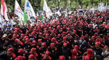 Massa Buruh Kepung Balai Kota DKI