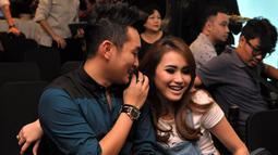 Ayu terlihat bergandengan tangan dengan seorang pria yang mengenakan baju perpaduan hitam dan biru pekat, Jakarta, Kamis (18/9/2014) (Liputan6.com/Panji Diksana)