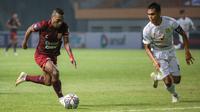 Gelandang Borneo FC, Terens Puhiri (kiri) menggiring bola dibayangi bek Persebaya, Rachmat Irianto dalam laga pekan pertama BRI Liga 1 2021/2022 di Stadion Wibawa Mukti, Cikarang, Sabtu (04/09/2021). Borneo FC menang 3-1. (Foto: Bola.com/Bagaskara Lazuard