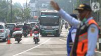 Kendaraan melintas saat uji coba sistem kanalisasi 2-1 Jalur Puncak di kawasan Gadog, Bogor, Jawa Barat, Minggu (27/10/2019).Pemberlakuan sistem kanalisasi 2-1 Jalur Puncak sebagai alternatif dari sistem buka-tutup yang telah diberlakukan selama ini. (merdeka.com/Arie Basuki)