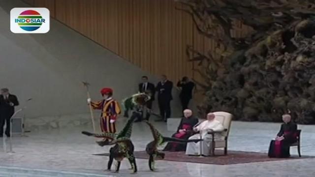 Sejumlah seniman unjuk kehebatan dalam atraksi akrobatnya di hadapan Paus Fransiskus.