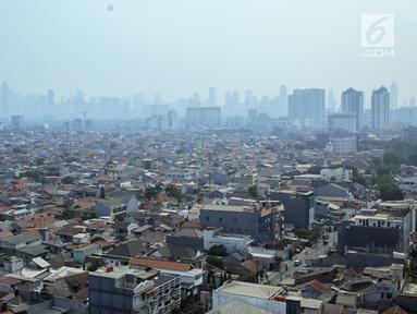 Pemandangan pemukiman penduduk dan gedung bertingkat di Jakarta, Senin (23/9/2019). Economist Intelligence Unit (EIU) merilis Global Liveability Report 2019 yang menempatkan Jakarta pada posisi ke-115 dari 140 kota layak huni di dunia. (Liputan6.com/Faizal Fanani)