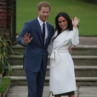 Pangeran Harry dan aktris AS, Meghan Markle berpose untuk media saat mengumumkan pertunangan mereka di Kensington Palace, London, Senin (27/11). (AFP Photo/Daniel Leal-Olivas)