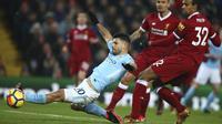 Striker Manchester City, Sergio Aguero, berusaha mencetak gol ke gawang Liverpool pada laga Premier League di Stadion Anfield, Minggu (14/1/2018). Liverpool menang 4-3 atas Manchester City. (AP/Dave Thompson)