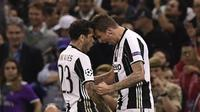 Penyerang Juventus, Mario Mandzukic (kanan), merayakan gol ke gawang Real Madrid pada final Liga Champions dengan Dani Alves, 3 Juni lalu. Mandzukic membantah Alves bertengkar dengan Leonardo Bonucci. (AFP/Javier Soriano)