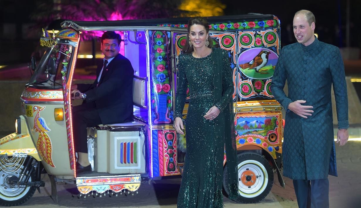 Pangeran William dan Duchess of Cambridge, Kate Middleton tiba menggunakan bajaj menghadiri acara yang diadakan Komisaris Tinggi Inggris untuk Pakistan di Islamabad, Pakistan (15/10/2019). Kunjungan Pangeran William dan Kate Middleton ini dalam rangka tur kunjungan kerja. (AFP/Aamir Qureshi)