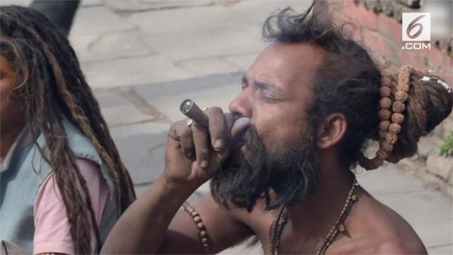 Orang-orang suci Hindu di Nepal lakukan ritual merokok ganja pada festival Maha Shivaratri.