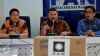 Ketua Fraksi PAN DPR RI, Mulfachri Harahap (tengah) didampingi Anggota F-PAN A Bakri (kanan) dan Anggota F-PAN Dapil Kalbar H.Sukiman memberikan keterangan pers terkait bantuan bagi korban asap di Indonesia Kamis (29/10/2015). (Liputan6/JohanTallo)