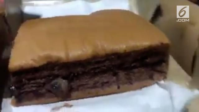 Seorang pelanggan mengeluhkan adanya kontaminasi belatung pada kue varian coklat di salah satu toko kue di mal besar di Jakarta Pusat.