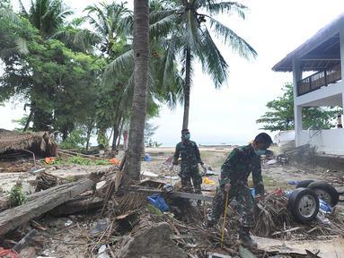 Anggota Batalyon Infanteri 315/Garudadi TNI AD melakukan penyisiran korban tsunami di kawasan Tanjung Lesung Beach Club, Pandeglang, Banten, selasa (25/12). Penyisiran dilakukan disekitar bangunan yang roboh. (Merdeka.com/Arie Basuki)