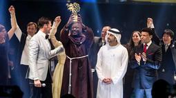 Guru mata pelajaran sains, Peter Tabichi menerima penghargaan 2019 Global Teacher Prize di Dubai, Uni Emirat Arab, 24 Maret 2019. Guru di Kenya itu dinobatkan sebagai pengajar terbaik di dunia dan mendapat hadiah uang senilai USD1juta atau setara Rp14 miliar. (GLOBAL EDUCATION AND SKILLS FORUM/AFP)