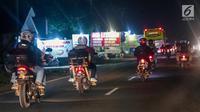Sejumlah pemudik bermotor melintas di jalur pantura kawasan Indramayu, Jawa Barat, Minggu (2/7). Lebaran H+7, arus balik pemudik yang mengendarai sepeda motor mulai terlihat memadati jalur pantura. (Liputan6.com/Faizal Fanani)