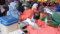 Ribuan guru mengikuti vaksinasi Covid-19 di Puspemkot Tangerang, Selasa (13/4/2021).(Liputan6.com/ Pramita Tristiawati)