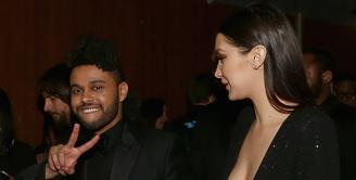 The Weeknd dan Bella Hadid sudah menjalin cinta kurang lebih selama satu tahun, harus diakhiri dengan perpisahan. Meski sudah putus, namun keduanya tetap saling cinta. (AFP/Bintang.com)