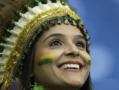 Senyum manis fans cantik asal Brasil saat menyaksikan laga Selecao melawan Swis pada grup E Piala Dunia 2018 di Rostov Arena, Rostov-on-Don, Rusia, (17/6/2018). Brasil dan Swis bermain imbang 1-1. (AP/Themba Hadebe)