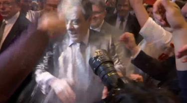 Wajah kandidat Presiden Prancis, Francois Fillon mendapat lemparan tepung setibanya di sebuah acara kampanye di Strasbourg, Prancis Timur, Kamis (6/4). Fillon tengah berada di kerumunan orang ketika seseorang melemparkan tepung ke wajahnya. (BFMTV via AP)
