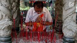 Umat Buddha berdoa saat merayakan Hari Raya Waisak 2562 BE/2018 di Wihara Ekayana Arama, Jakarta Barat, Selasa (29/5). Waisak tahun ini bertemakan 'Harmoni dalam Kebinekaan untuk Bangsa'. (Liputan6.com/JohanTallo)