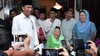 Presiden Joko Widodo (Jokowi) didampingi Istri Presiden Keempat Indonesia Abdurrahman Wahid (Gusdur), Sinta Nuriyah dan Yenny Wahid memberikan keterangan seusai kunjungannya di Ciganjur, Jakarta, Jumat (7/9). (Liputan6.com/HO/Biro Pers Setpres)