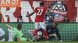 Kiper Bayern Munchen, Manuel Neuer, mengamankan bola sepakan pemain PSV Eindhoven, Siem de Jong, pada laga grup D Liga Champions di Allianz Arena, Munich, Kamis (20/10/16) dini hari WIB. (Reuters/Michael Dalder)