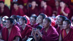 Para biksu Buddha menonton acara tarian Cham tahunan untuk berdoa agar mendapatkan panen yang baik dan kehidupan yang damai di Biara Tashilhunpo di Xigaze, Daerah Otonom Tibet, China barat daya, 22 September 2020. (Xinhua/Chogo)