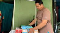 Khairiri (46) pedagang kue bolu susu khas Bandung di bilangan Duren Tiga, Jakarta Selatan yang juga salah satu debitur kredit mikro BRI.