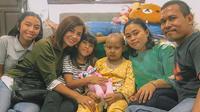 Meisya Siregar dan bocah pengidap kanker darah. (dok. Instagram @meisya__siregar/https://www.instagram.com/p/Bt2pyQygEpn/Asnida Riani)