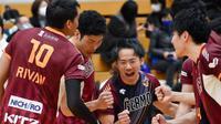 Rivan Nurmulki dan para pemain Nagano Tridents merayakan kemenangan atas Panasonic Panthers dalam lanjutan V.League Division 1 Jepang. (foto: Instagram @gurotte)