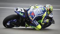 Valentino Rossi, pembalap Movistar Yamaha, saat beraksi pada sesi latihan bebas MotoGP Malaysia 2016 di Sirkuit Sepang. (AP Photo/Vincent Thian)