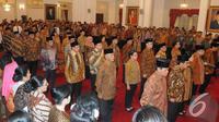 Para Menteri Kabinet Kerja kompak mengenakan batik berwarna dasar coklat saat pelantikan di Istana Negara, Jakarta, Senin (27/10/2014). (Liputan6.com/Herman Zakharia)