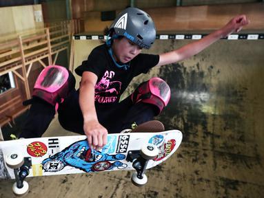 Skateboarder Misugu Okamoto menunjukkan keterampilannya saat sesi latihan di Kota Ama, Prefektur Aichi, Jepang, 2 Juli 2019. Remaja berusia 13 tahun ini menjadi andalan Jepang untuk merebut medali emas pada ajang Olimpiade Tokyo 2020. (Behrouz Mehri/AFP)